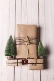O Natal handcraft caixas de presente no fundo de madeira Foto de Stock
