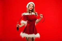 O Natal, x-mas, inverno, conceito da felicidade - ostente, atividade Mulher bonito com corda de salto no chapéu do ajudante de Sa fotos de stock