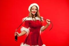 O Natal, x-mas, inverno, conceito da felicidade - ostente, atividade Mulher bonito com corda de salto no chapéu do ajudante de Sa fotos de stock royalty free