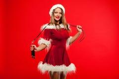 O Natal, x-mas, inverno, conceito da felicidade - ostente, atividade Mulher bonito com corda de salto no chapéu do ajudante de Sa Fotografia de Stock Royalty Free