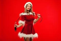 O Natal, x-mas, inverno, conceito da felicidade - ostente, atividade Mulher bonito com corda de salto no chapéu do ajudante de Sa imagem de stock