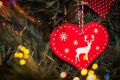O Natal ornaments cervos do coração na árvore de Natal imagem de stock