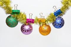 O Natal ornaments o conceito As bolas com ornamento do brilho penduram no ouropel dourado cintilante Ouropel com Natal fixado imagens de stock