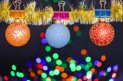 O Natal ornaments o conceito As bolas com ornamento penduram em vislumbrar o ouropel Decoração colorida da picareta para a árvore foto de stock