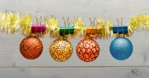 O Natal ornaments o conceito As bolas com ornamento penduram em vislumbrar o ouropel Decoração colorida da picareta para a árvore imagem de stock royalty free