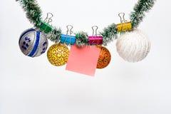 O Natal ornaments o conceito As bolas com ornamento penduram no ouropel verde cintilante Ouropel com Natal fixado imagens de stock