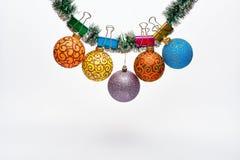 O Natal ornaments o conceito As bolas com ornamento penduram no ouropel verde cintilante Ouropel com Natal fixado fotos de stock
