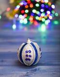 O Natal ornaments o conceito Ornamento da bola na superfície de madeira azul Decoração colorida da picareta para a árvore de Nata foto de stock royalty free