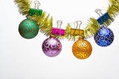 O Natal ornaments o conceito Ouropel com as bolas do Natal ou os ornamento fixados, fundo branco, espaço da cópia Bolas com foto de stock royalty free