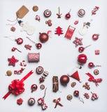 O Natal ornaments a configuração do plano feita com composição redonda do quadro do círculo no fundo branco, vista superior Decor fotografia de stock royalty free