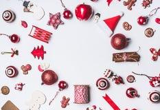 O Natal ornaments em volta da composição do quadro do círculo no fundo branco, vista superior Decoração e papel de embrulho verme fotografia de stock