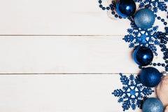 O Natal ornaments o fundo das decorações estrelas azuis e grânulos de bolas de vidro no branco de madeira fotos de stock