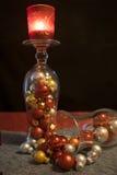 O Natal, os vidros de cocktail com bolas do Natal e o chá iluminam-se foto de stock