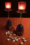 O Natal, os vidros de vinho azuis com bolas do Natal e o chá iluminam-se Imagens de Stock Royalty Free