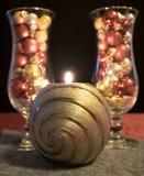 O Natal, os vidros de vinho azuis com bolas do Natal e o chá iluminam-se Foto de Stock Royalty Free