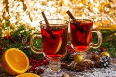 O Natal quente ferventou com especiarias o vinho com fundo dourado do bokeh Foto de Stock