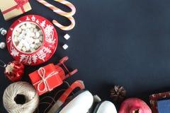 O Natal reparte a vista superior, uma caneca com marshmallows, os patins, um presente, pirulito Fotos de Stock Royalty Free