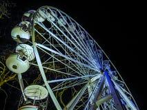 O Natal roda dentro Londres na noite imagens de stock