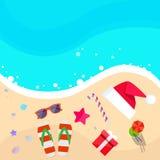 O Natal Santa Hat na praia do oceano Flip-flops a areia ilustração stock