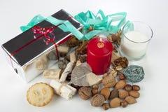 O Natal sazonal festivo diplay com tritura a torta e a vela Fotografia de Stock Royalty Free