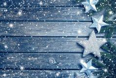 O Natal stars no fundo de madeira com ramos de árvore do abeto Foto de Stock Royalty Free