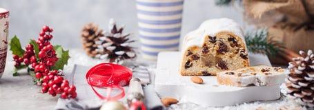 O Natal stollen o bolo com açúcar de crosta de gelo, maçapão e passas Pastelaria tradicional de Dresdner christ foto de stock royalty free
