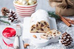 O Natal stollen o bolo com açúcar de crosta de gelo, maçapão e passas Pastelaria tradicional de Dresdner christ foto de stock