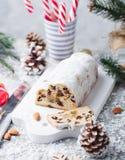 O Natal stollen o bolo com açúcar de crosta de gelo, maçapão e passas Pastelaria tradicional de Dresdner christ fotografia de stock royalty free