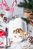 O Natal stollen o bolo com açúcar de crosta de gelo, maçapão e passas Pastelaria tradicional de Dresdner christ imagens de stock royalty free