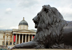 O National Gallery com um leão de bronze Fotografia de Stock Royalty Free