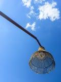 O nativo idoso handcraft a lâmpada de rua feita do bambu Fotografia de Stock Royalty Free