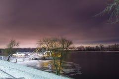 O navio é encerrado no gelo no banco do rio fotos de stock