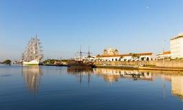 O navio alto colombiano histórico e o navio de pirata velho amarraram no porto de Cartagena Fotografia de Stock Royalty Free