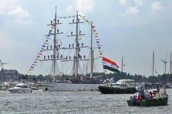 O navio alto de Tarangini entre espectadores no rio de Ij Fotografia de Stock Royalty Free