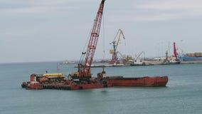 O navio da draga está agarrando a areia do botão do porto em Iraklion e está carregando o navio Crete, Greece Nuvens do clima de  vídeos de arquivo