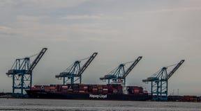 O navio de carga carregou na frente das torres em Norfolk Virgínia imagens de stock royalty free