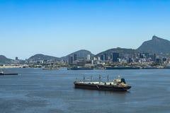 O navio de carga chega na baía de Guanabara na cidade de Rio de janeiro, Brasil foto de stock royalty free