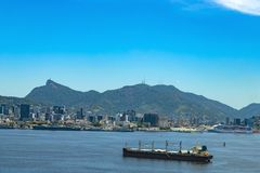 O navio de carga chega na baía de Guanabara na cidade de Rio de janeiro, Brasil foto de stock