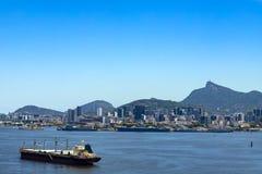 O navio de carga chega na baía de Guanabara na cidade de Rio de janeiro, Brasil fotografia de stock