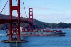 O navio de carga de Cosco passa abaixo de golden gate bridge em San Fransisco Imagem de Stock