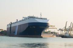 O navio de carga enorme do recipiente está indo abrigar para o carro da carga Imagens de Stock Royalty Free