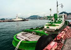 O navio de carga estacionou na doca em Mojiko, Kitakyushu, Fukuoka, Japão fotos de stock royalty free