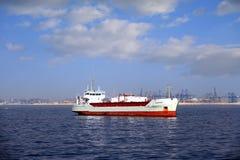 O navio de carga geral ancorou vazio perto do porto de Valência imagens de stock royalty free
