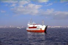 O navio de carga geral ancorou vazio perto do porto de Valência imagem de stock