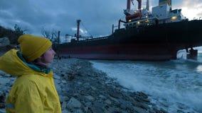 O navio de carga seca correu encalhado fora da costa do Mar Negro O navio de transporte é amarrado na costa video estoque