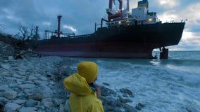 O navio de carga seca correu encalhado fora da costa do Mar Negro O navio de transporte é amarrado na costa vídeos de arquivo