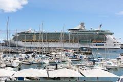 O navio de cruzeiros é entrado no porto de Funchal a capital de Madeira, Imagens de Stock Royalty Free