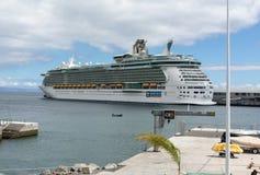 O navio de cruzeiros é entrado no porto de Funchal a capital de Madeira, Fotografia de Stock