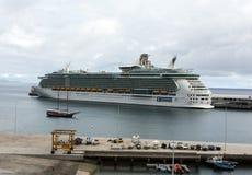 O navio de cruzeiros é entrado no porto de Funchal a capital de Madeira Imagens de Stock