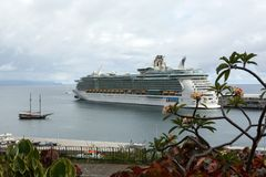 O navio de cruzeiros é entrado no porto de Funchal a capital de Madeira, Foto de Stock